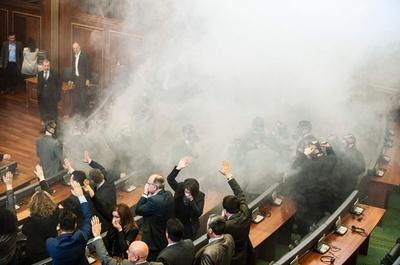コソボ野党、議会で催涙ガス噴射 審議中断