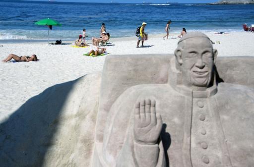 法王訪問でビキニ砂像にスカート、ブラジル・コパカバーナビーチ