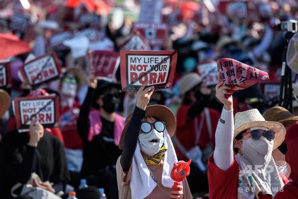 女性たちの盗撮抗議集会、過去最大規模の7万人に 韓国