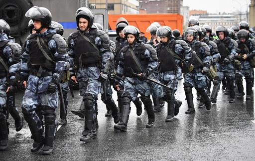 ロシア機動隊がデモで女性殴打、映像拡散受け内務省が捜査