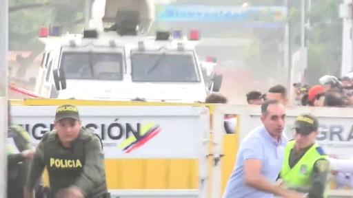 動画:ベネズエラ国境フェンスに警備隊の装甲車突っ込む、大混乱の現場映像