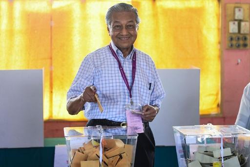 接戦のマレーシア総選挙、マハティール元首相が投票