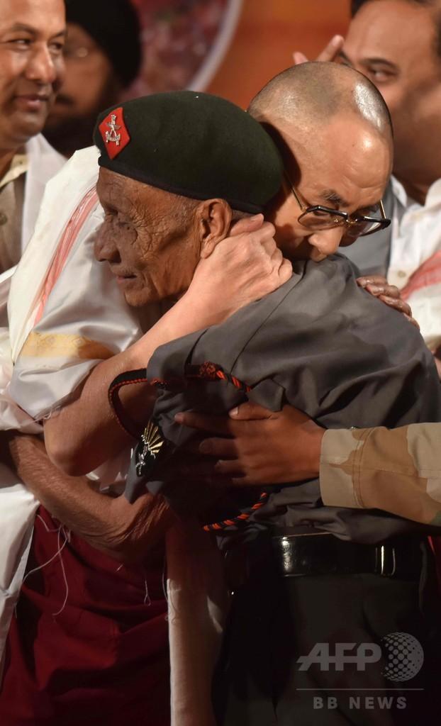 ダライ・ラマ、亡命時のインド人警護官と約60年ぶりの再会