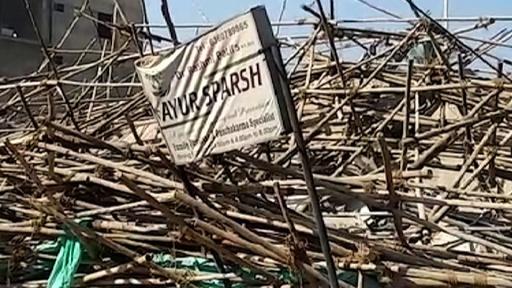 動画:建設中の5階建てビル崩壊、2人死亡 数十人下敷きか インド