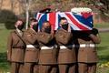 歩いて多額寄付、英退役軍人「トム大尉」と最後の別れ