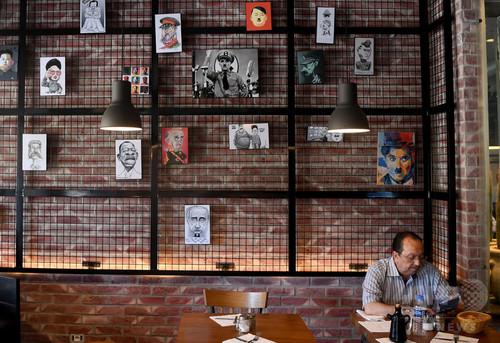 壁にヒトラー、目の前に肉……レストラン「独裁者」 チュニジア