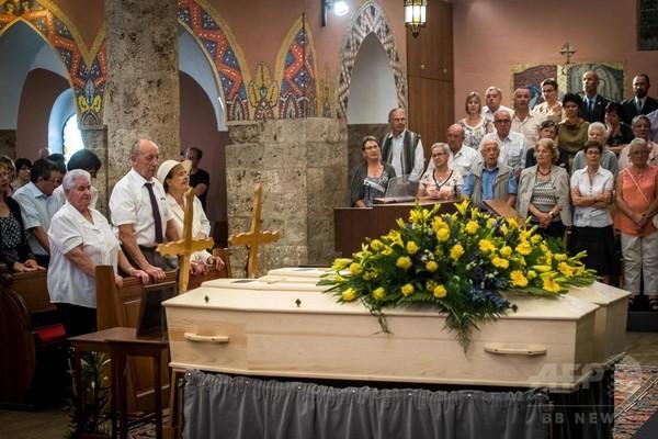 行方不明から75年、氷河から発見の夫妻の遺体をようやく埋葬 スイス