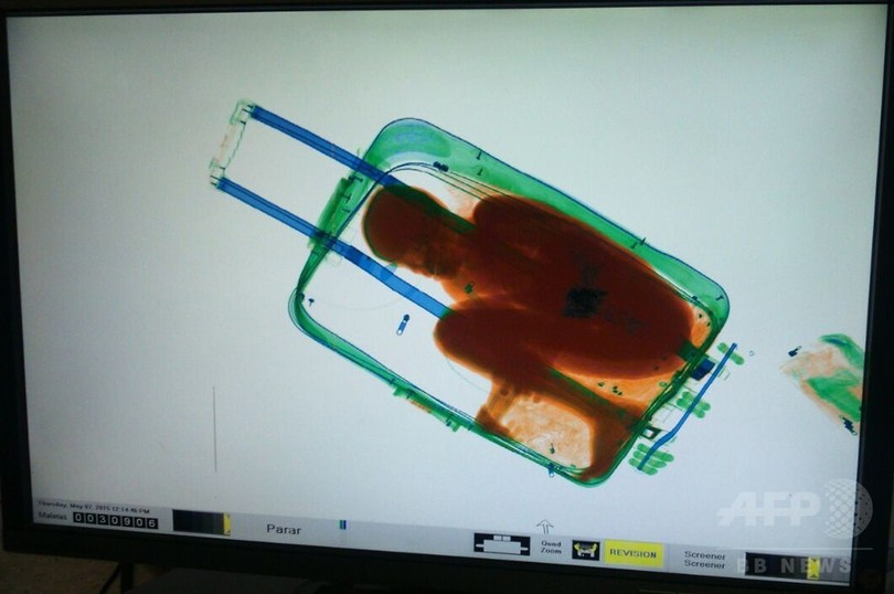 8歳少年、スーツケースに入り密入国 スペイン