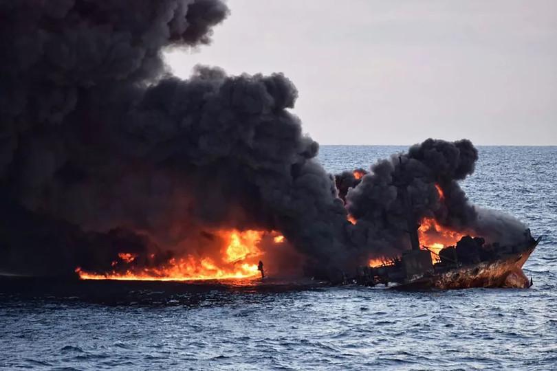 中国沖で衝突炎上のタンカーが沈没、乗組員の生存絶望的