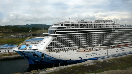動画:パナマ運河で過去最大 16万8000トン誇るクルーズ船が通過