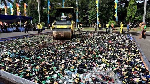 動画:密造酒1万8000本を重機で破壊、ラマダン中の飲酒に警告 インドネシア