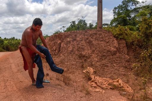 二つの世界をまたにかけるアマゾン奥地の先住民【再掲】
