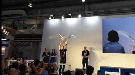 動画:本物の鳥のように飛行する鳥型ロボット 世界ロボット大会