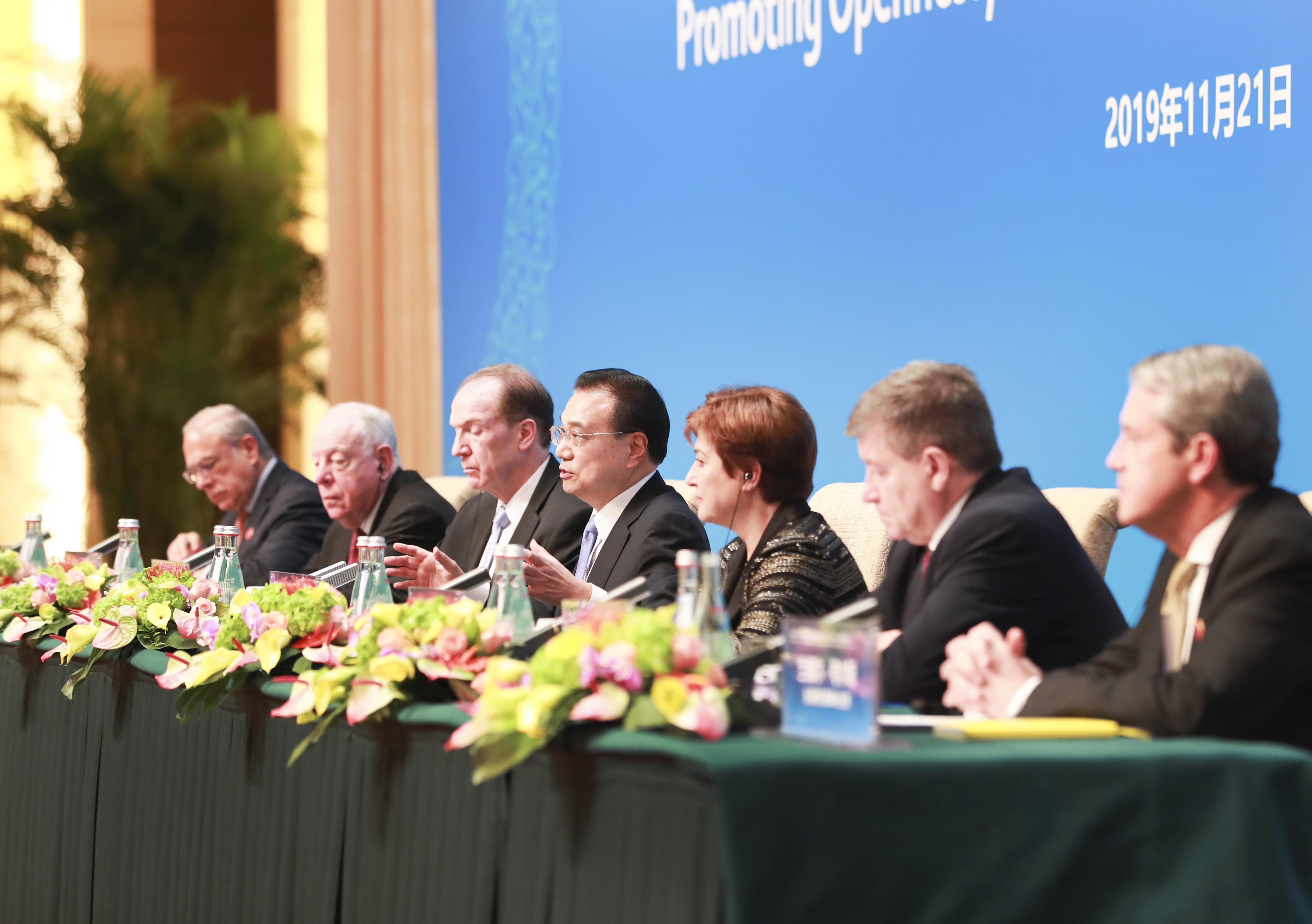 李克強総理、より高いレベルの対外開放を強調 「1+6」円卓対話の共同記者会見で