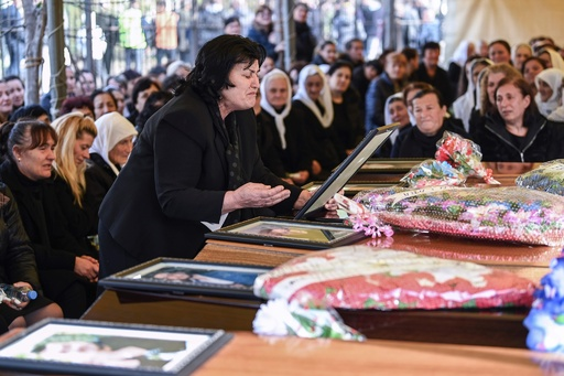アルバニア地震、一家全員が犠牲になった2家族の葬儀 死者49人に