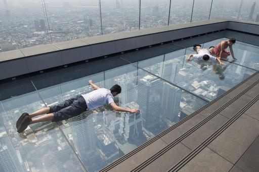 寝っ転がったり、ブリッジしたり…超高層ビルから高所を満喫? タイ