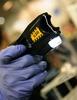米警官、タンポポ摘んでいた87歳女性をテーザー銃で鎮圧