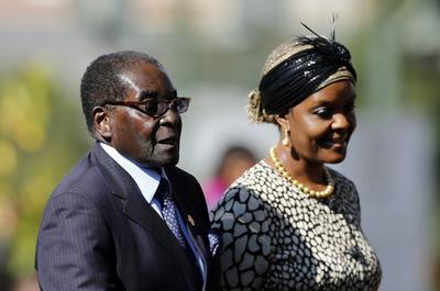 ジンバブエ大学、大統領夫人に「不当な」博士号授与か
