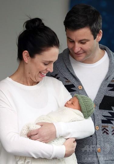 NZ首相が娘をお披露目、公職女性の出産が当たり前になることに期待