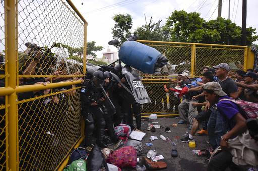 メキシコ・グアテマラ国境で移民と警察が衝突、エルサルバドルでもキャラバン結成