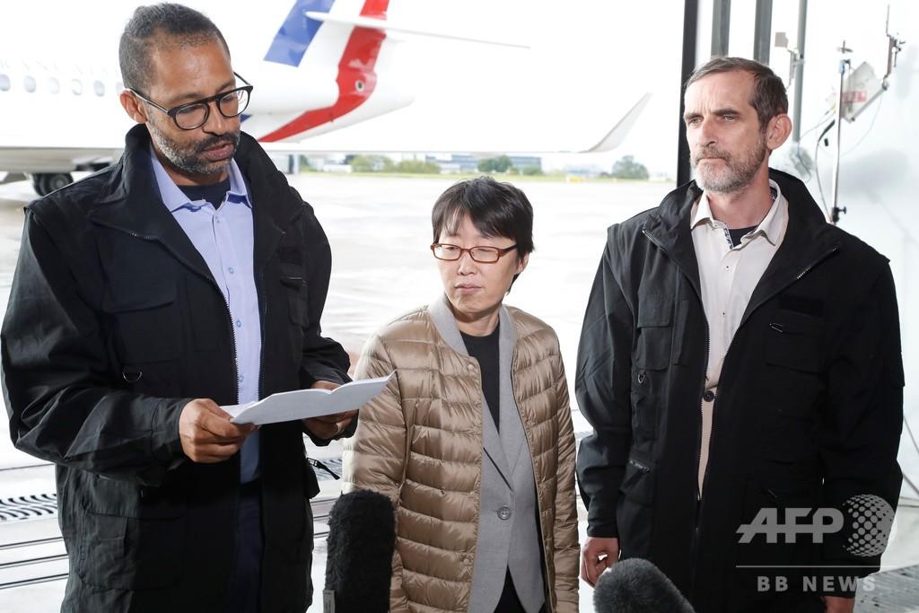 ブルキナファソで救出の人質3人、フランスに到着 一人は偶然見つかった韓国人女性