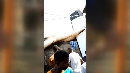 動画:コンゴで小型旅客機が住宅地に墜落、 23人死亡 墜落現場の映像
