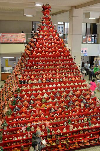 高さ7mの「ピラミッドひな壇」、埼玉・鴻巣