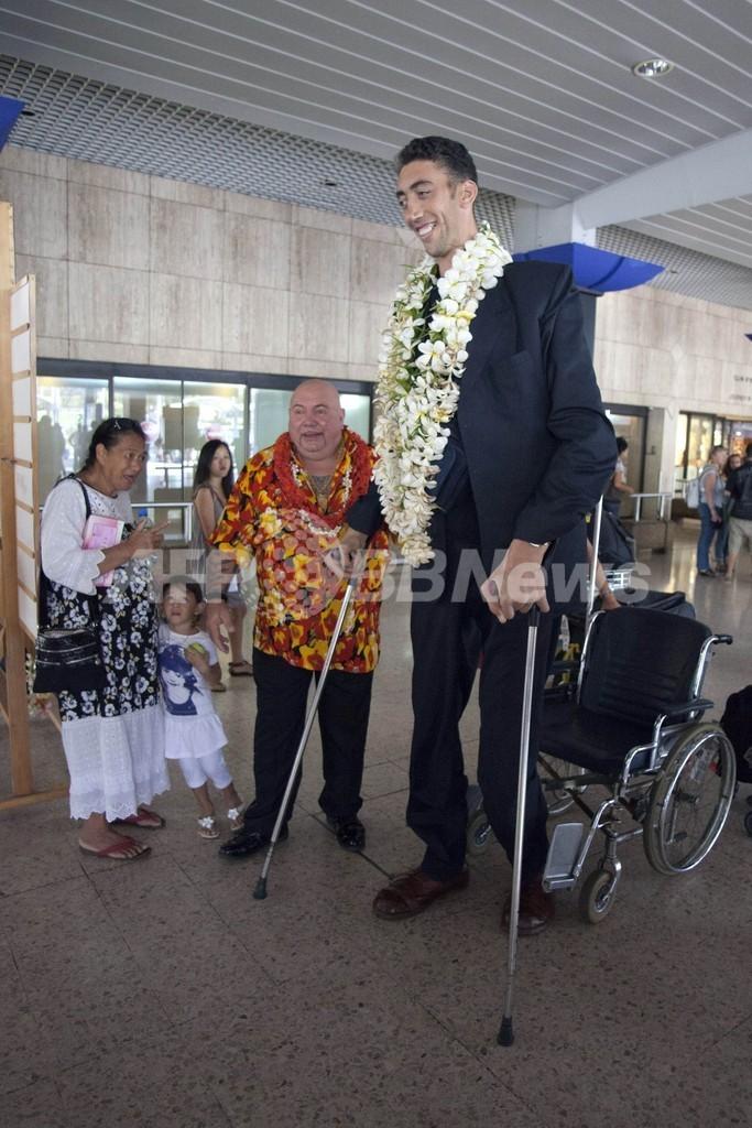 世界一の長身男性、タヒチの空港に現る