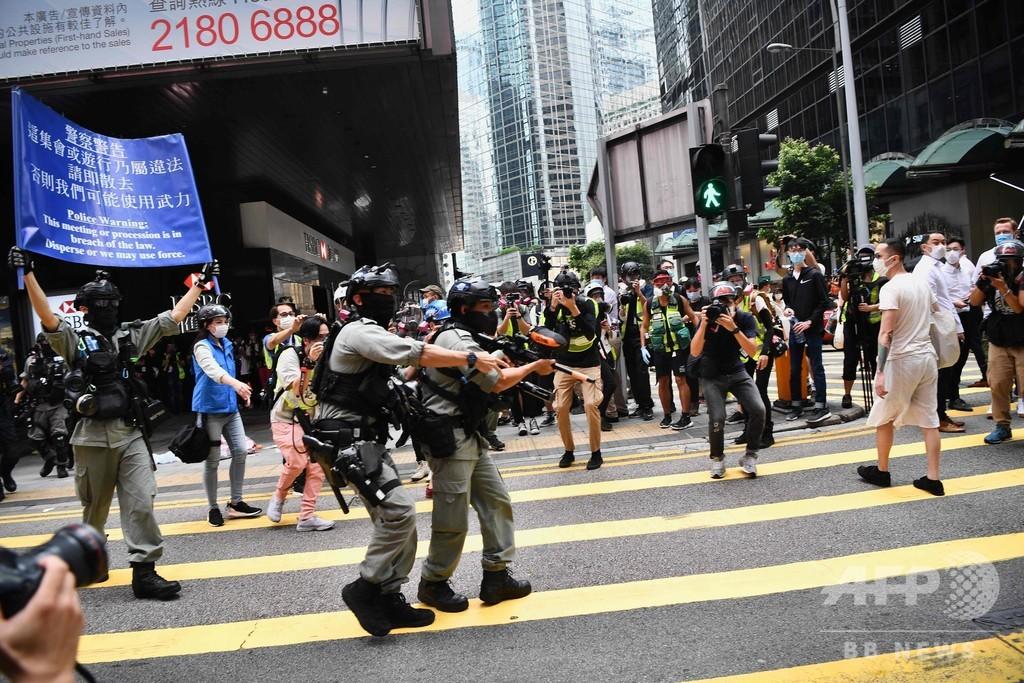 香港、「国歌条例案」抗議のデモ隊に警察がペッパーボール弾発射