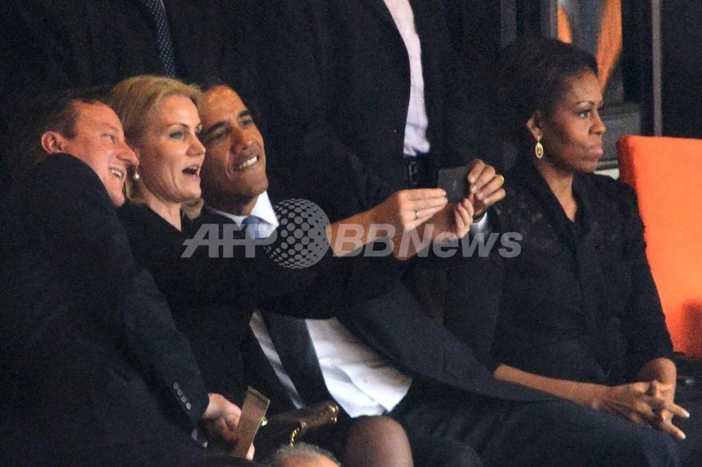 オバマ氏ら3首脳、マンデラ氏追悼式で「自分撮り」 不適切との声も