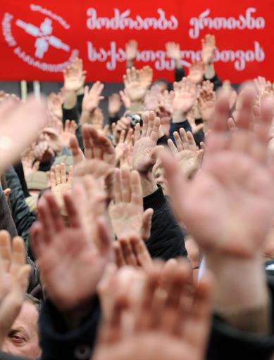 大統領辞任求める大規模な抗議行動、グルジア
