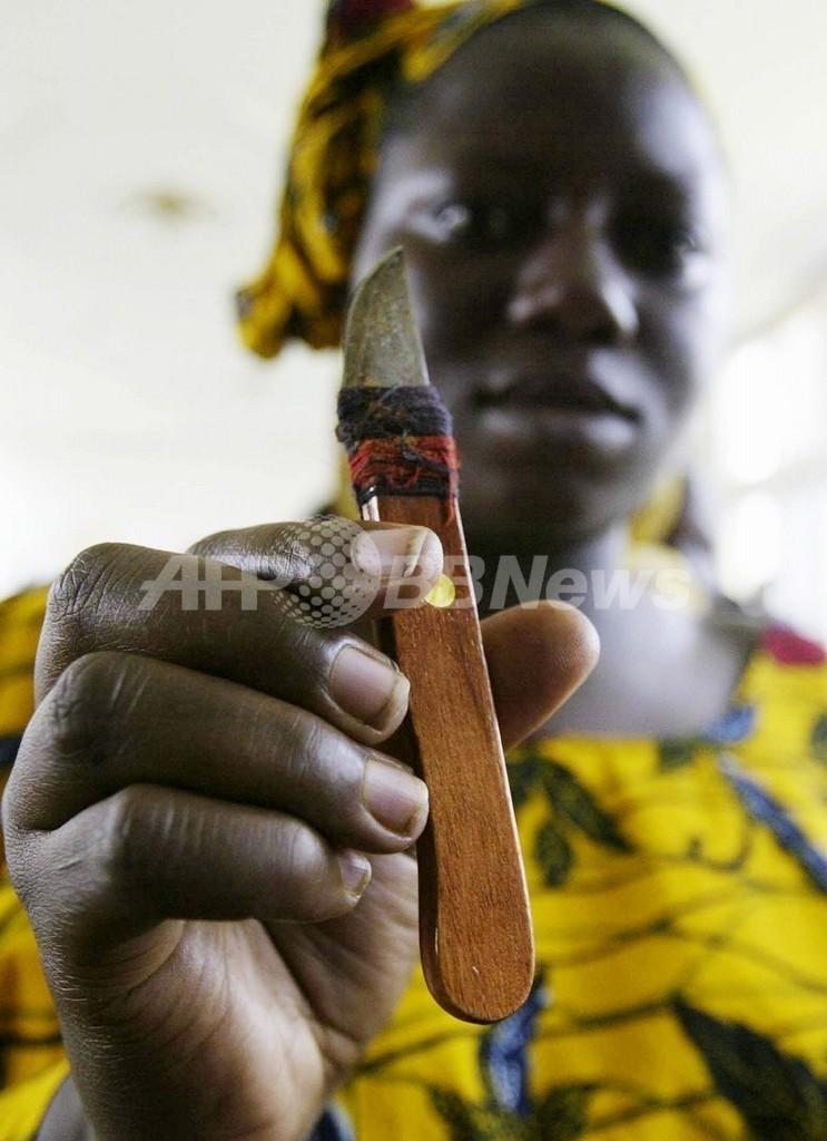 シエラレオネで、女子割礼の存続を訴えて女性たちがデモ