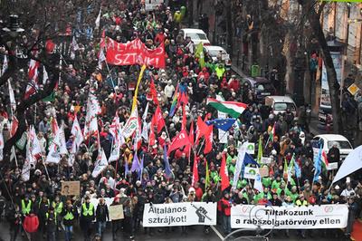 ハンガリーの「奴隷法」抗議デモ、年明け後初開催で6000人参加