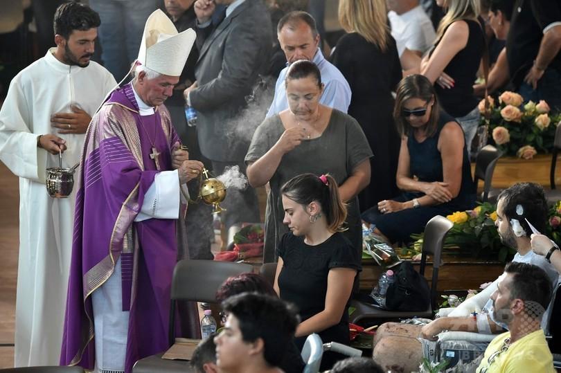 イタリア中部地震、犠牲者の国葬 9歳少女のひつぎに「ごめんね」