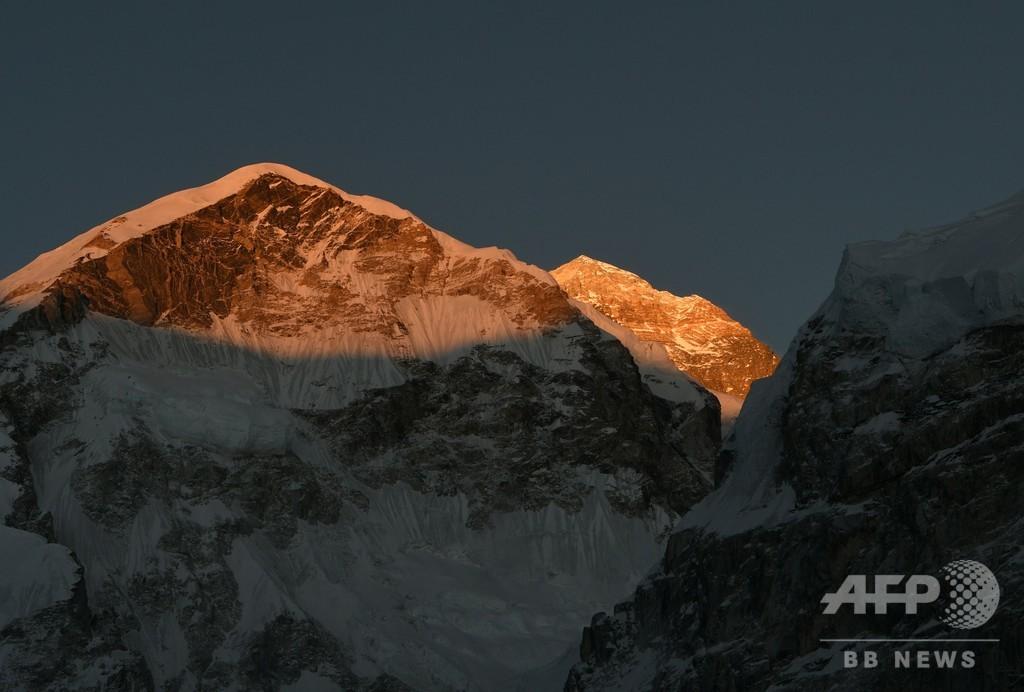 エベレストで今季初の死亡者、登頂後の休憩中に 1人不明