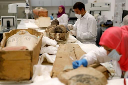 ツタンカーメン王の黄金のひつぎを公開、初の修復作業 エジプト