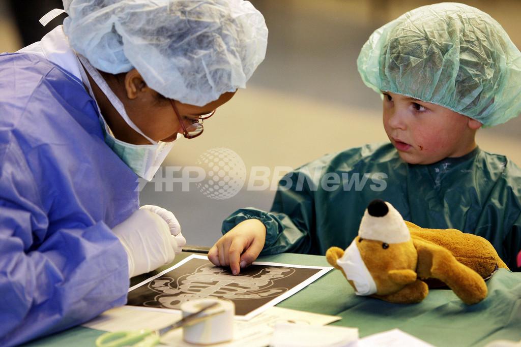 ケガをしたぬいぐるみはこちらへ、テディベア病院開設