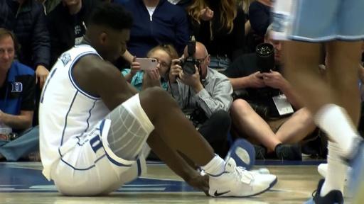 動画:ナイキシューズが試合中に崩壊、花形選手負傷  米大学バスケ