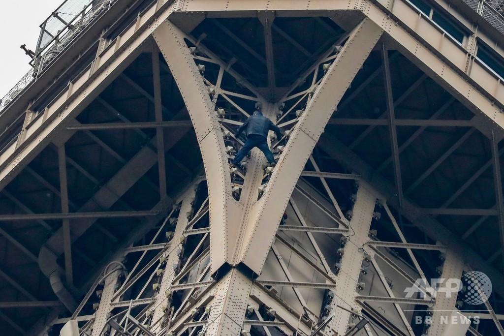 エッフェル塔に男がよじ登る、ロシア人か 自殺傾向示し精神科に入院
