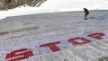 動画:アルプスではがき使った巨大モザイクアート、温暖化防止訴えギネス記録