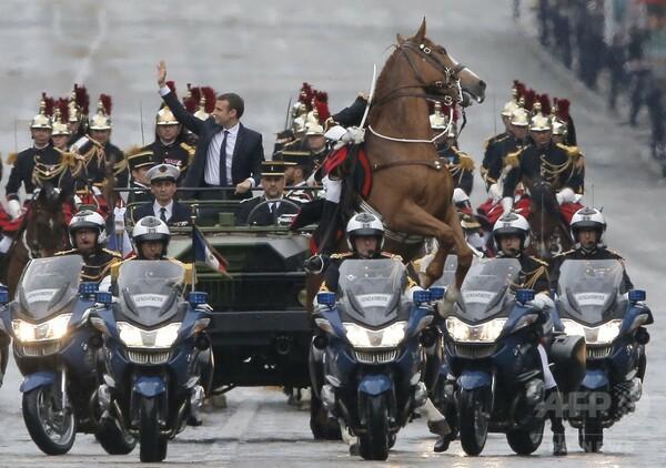 仏新大統領就任パレード、後脚で立つ馬…ナポレオン肖像画風?