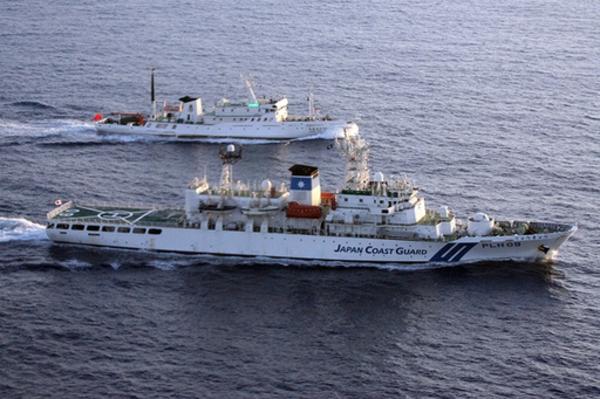 中国船の相次ぐ領海侵犯、広告船まで出没