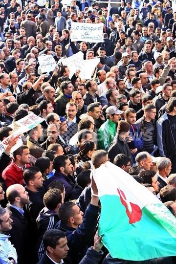 アルジェリア政府、19年間の非常事態宣言2月中解除へ