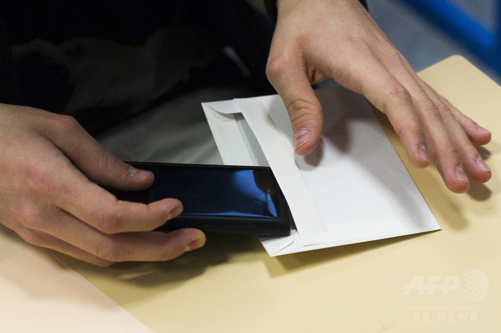 フランス教育相「学校で携帯電話を使用禁止に」