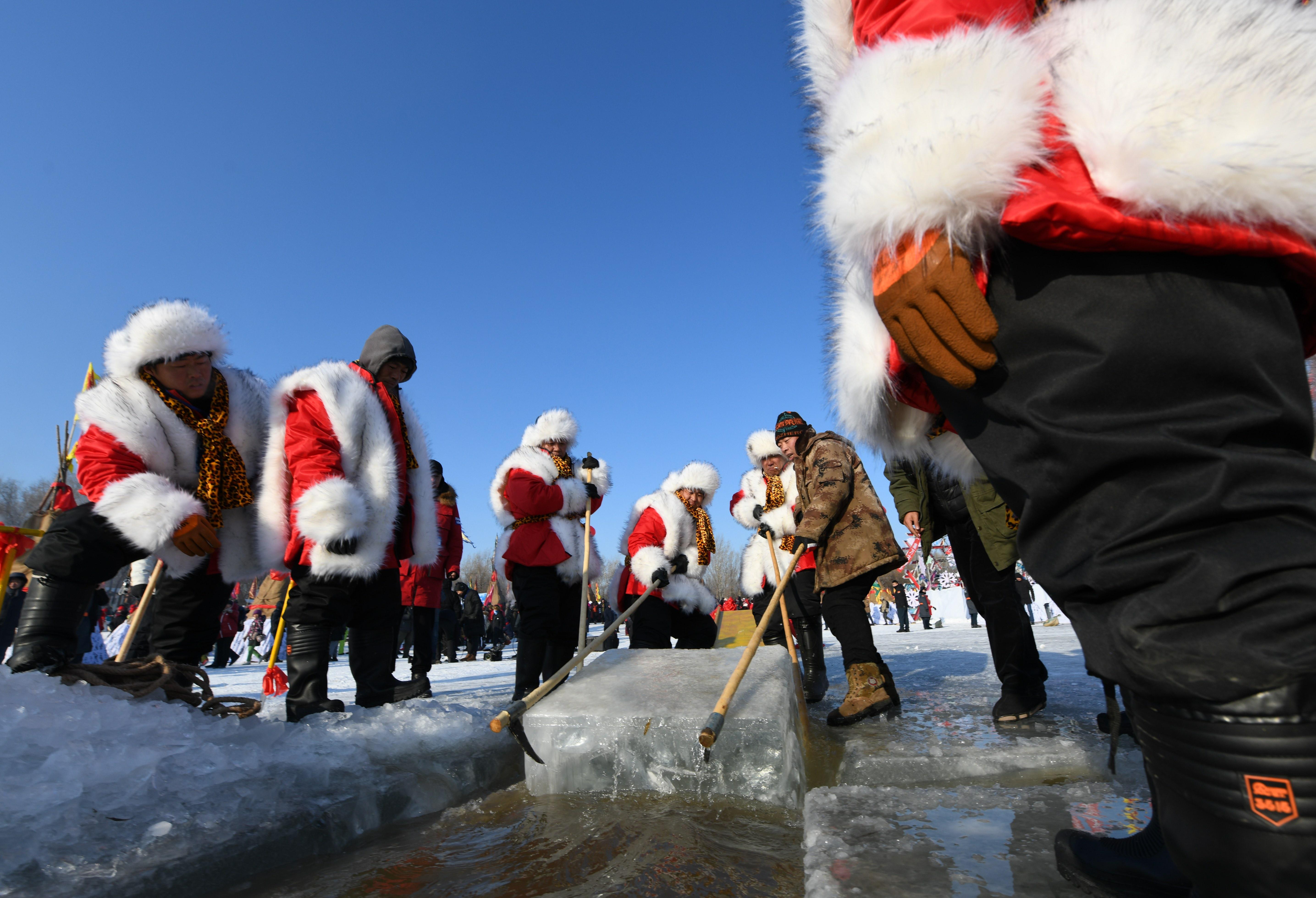 「氷の都」ハルビンの松花江で氷採取 黒竜江省