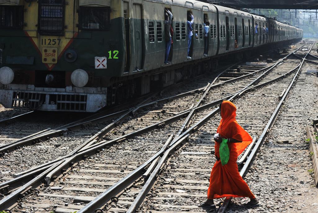 列車のトイレで生まれ線路上に落下、赤ちゃんが生還 インド