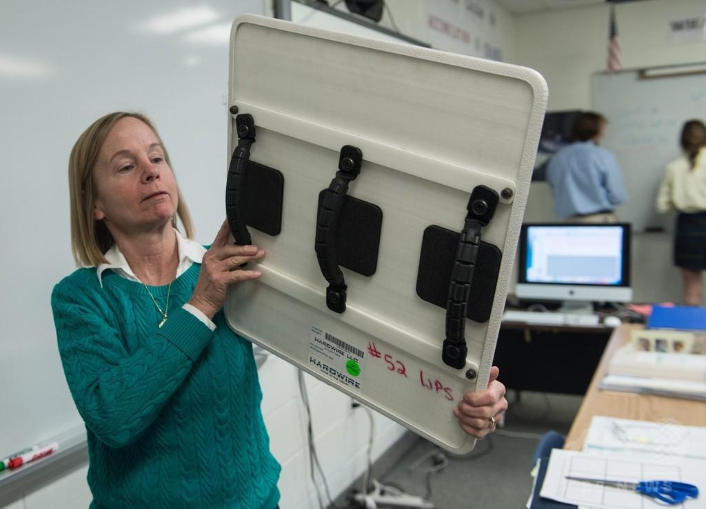 全教室に「防弾ホワイトボード」 緊急時は盾に 米学校