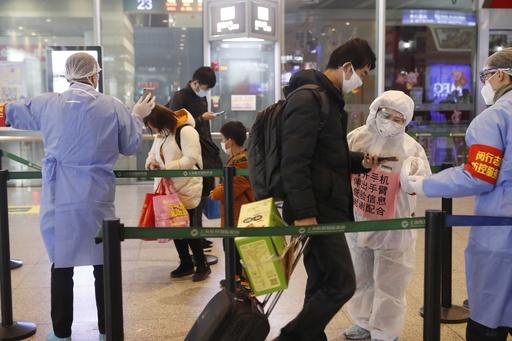 Uターンラッシュで帰省客の健康情報登録を確認 中国・上海虹橋駅