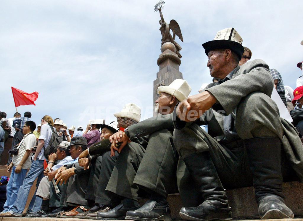 憲法改正を求めて1万5千人が反政府デモ - キルギス