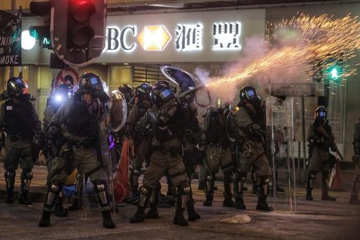 香港各地で「奇襲デモ」、 駅で消火器や催涙弾も 週末のデモは10週連続